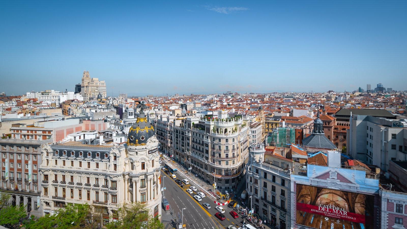 Gran Vía que incluye vistas de paisajes y una ciudad