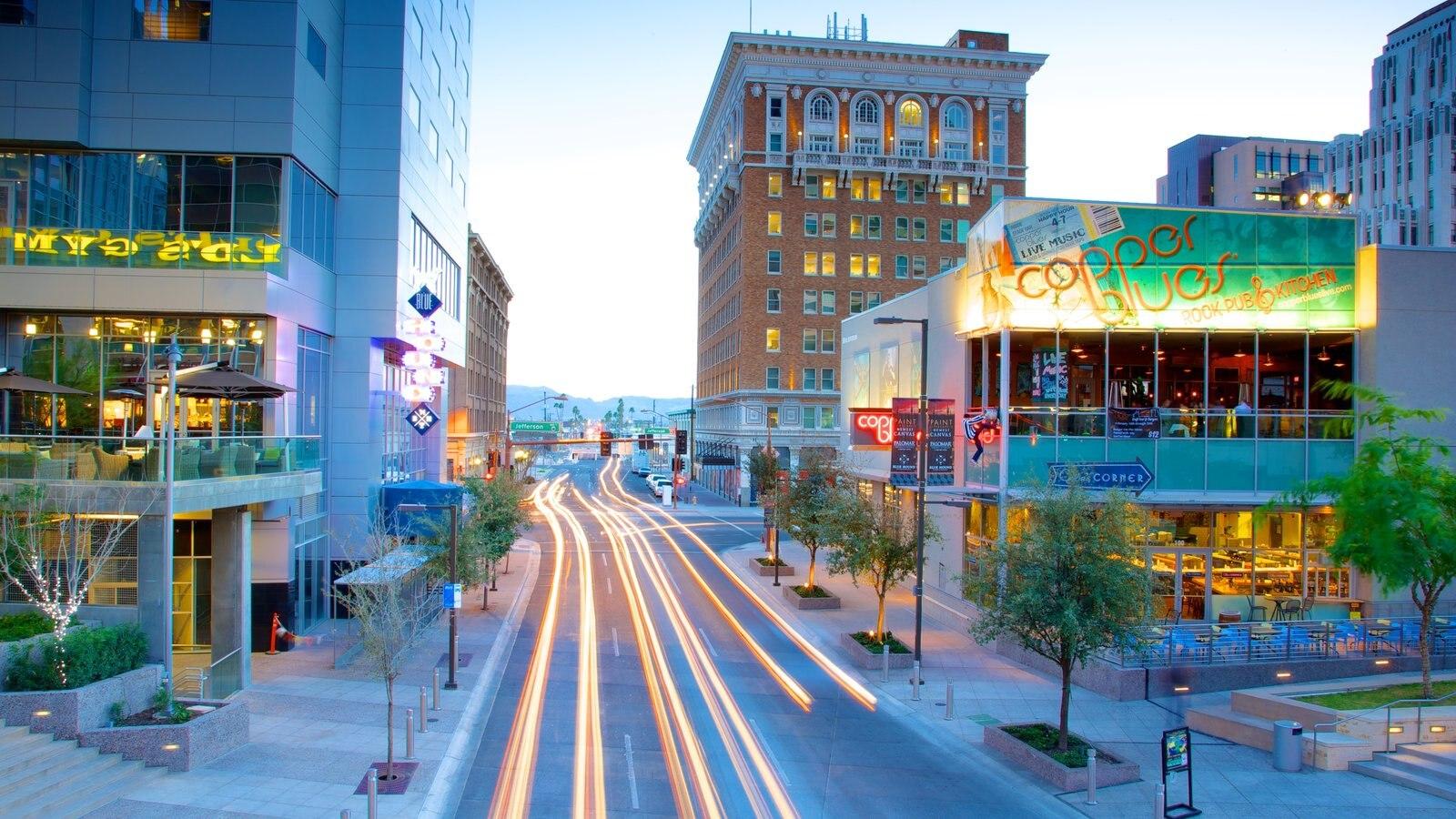 Phoenix que inclui uma cidade, cenas noturnas e cenas de rua