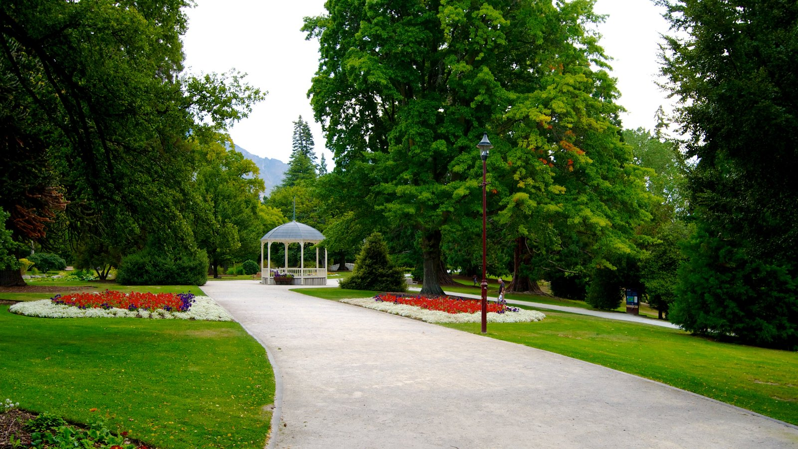 Queenstown Gardens which includes landscape views and a park