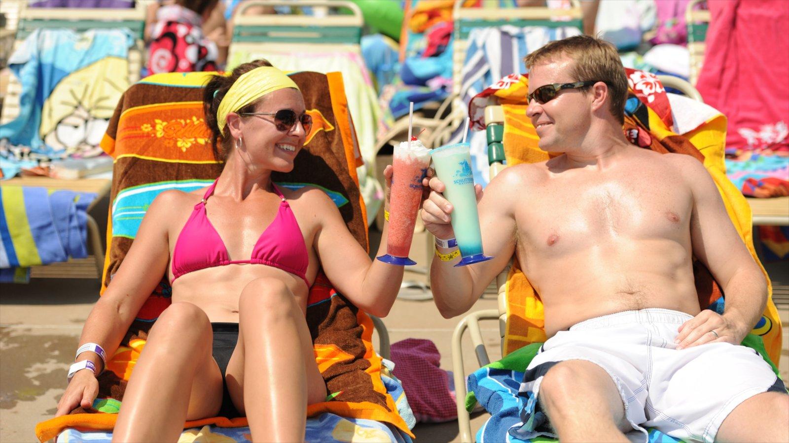 Kansas que inclui um bar na praia assim como um casal