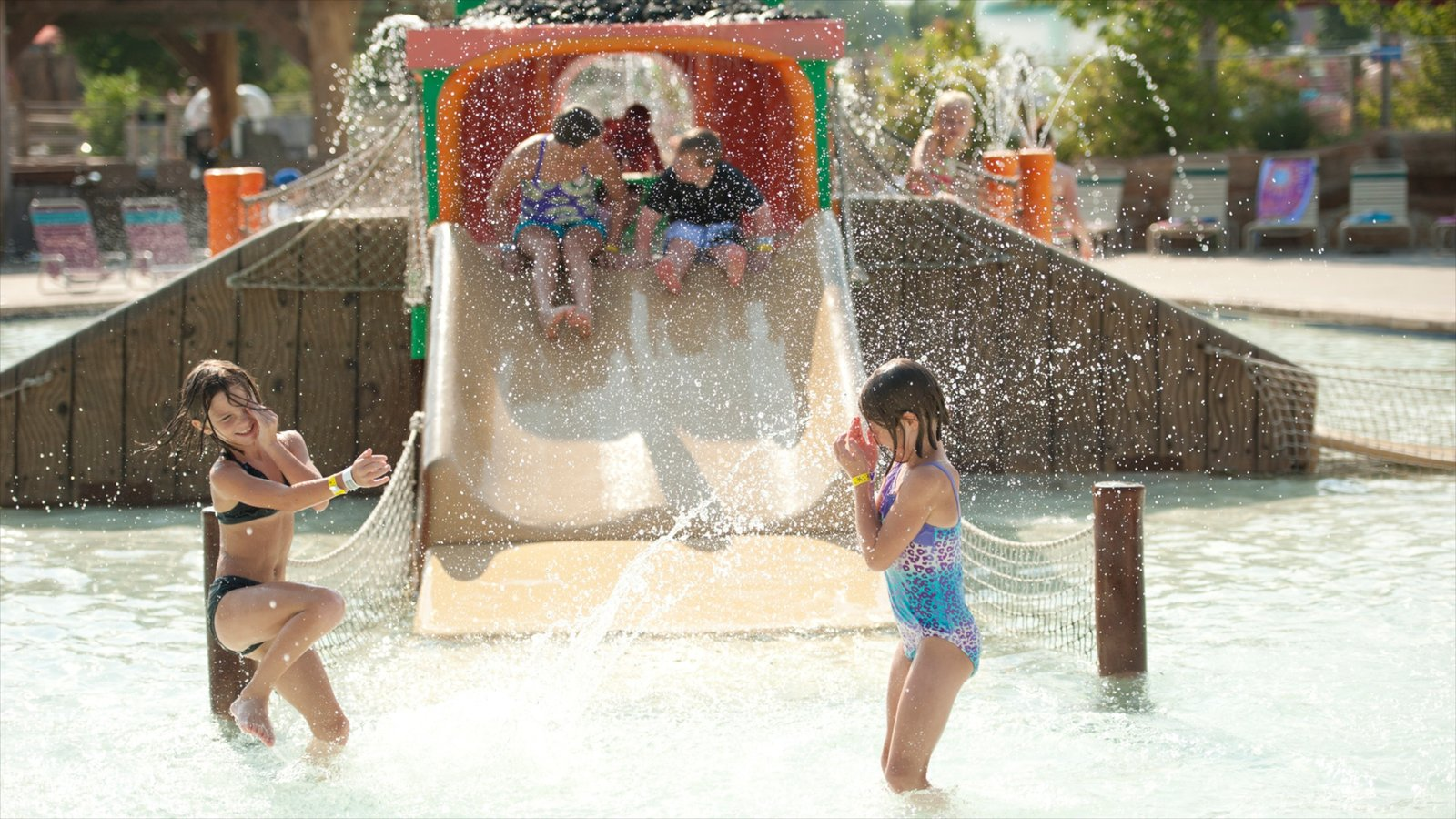 Kansas caracterizando uma piscina e um parque aquático assim como crianças