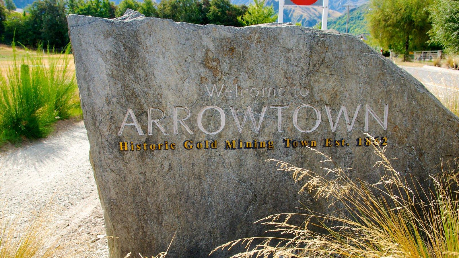 Arrowtown que incluye un monumento y señalización