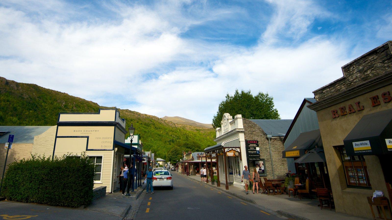 Arrowtown que incluye una pequeña ciudad o pueblo