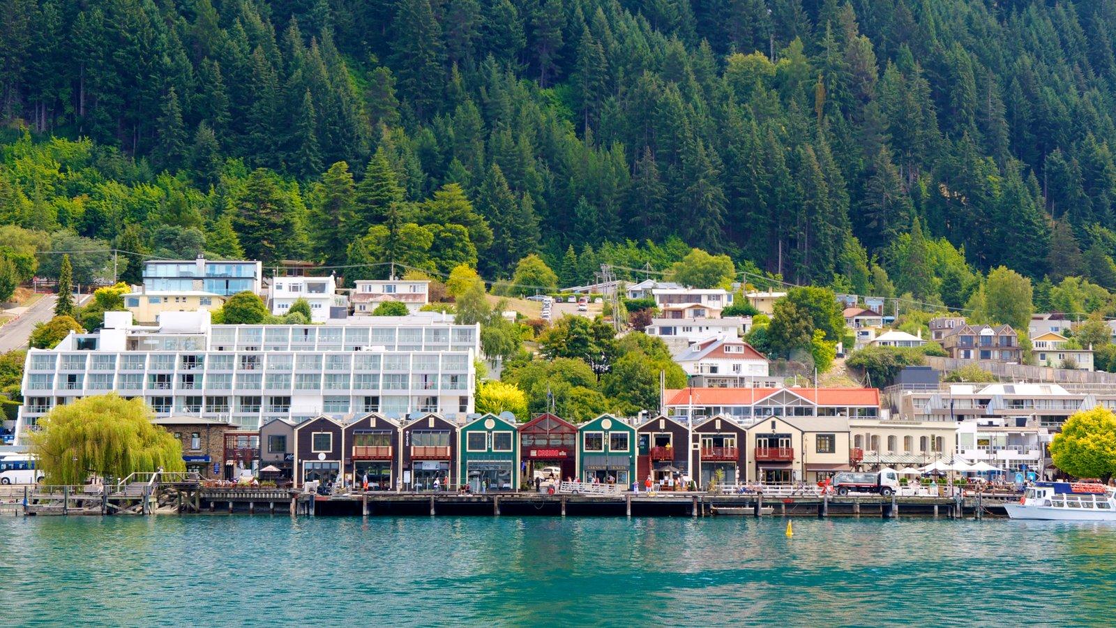 Steamer Wharf ofreciendo una bahía o puerto, una ciudad costera y bosques