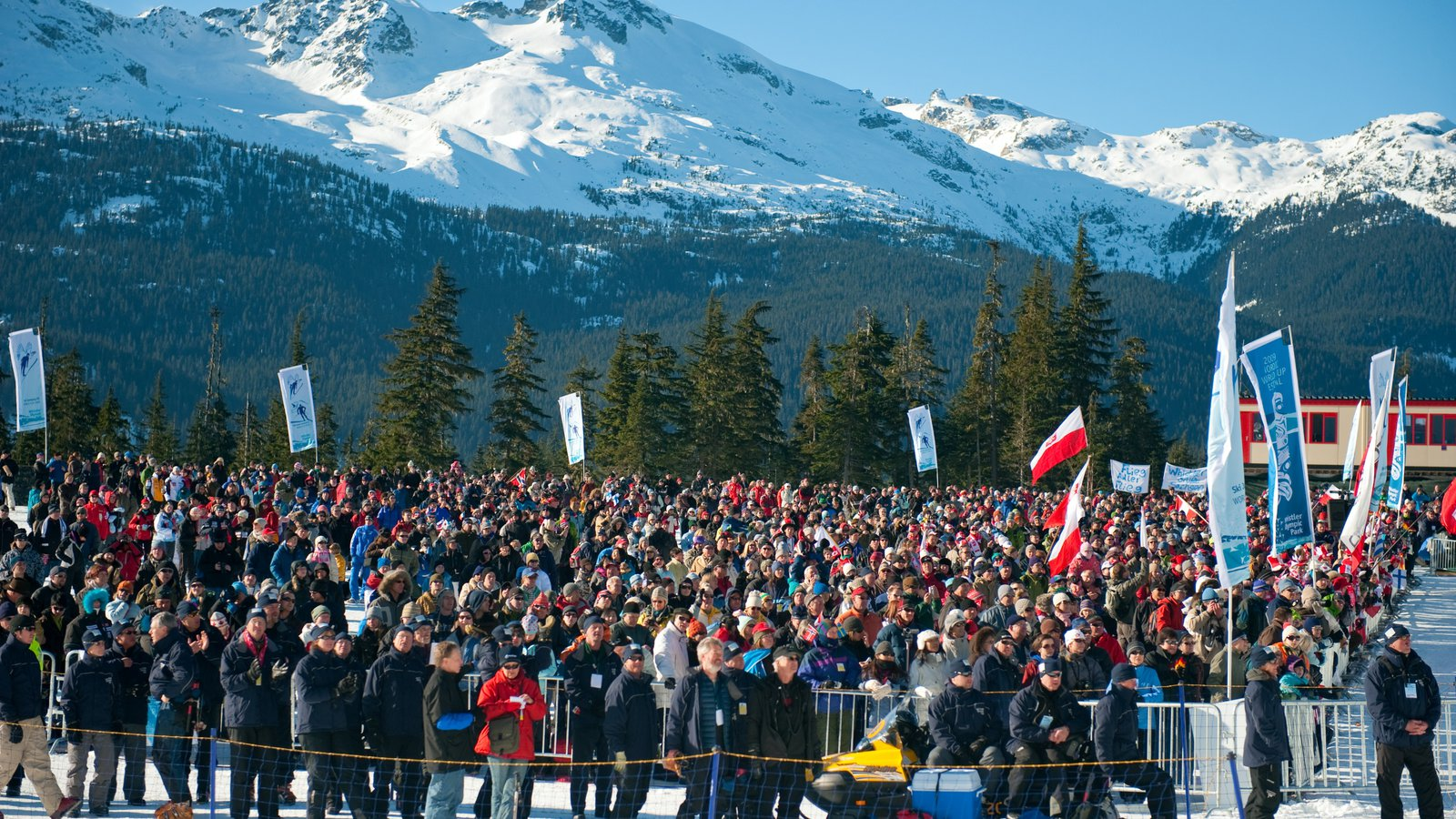 Whistler Olympic Park mostrando montañas y nieve y también un gran grupo de personas