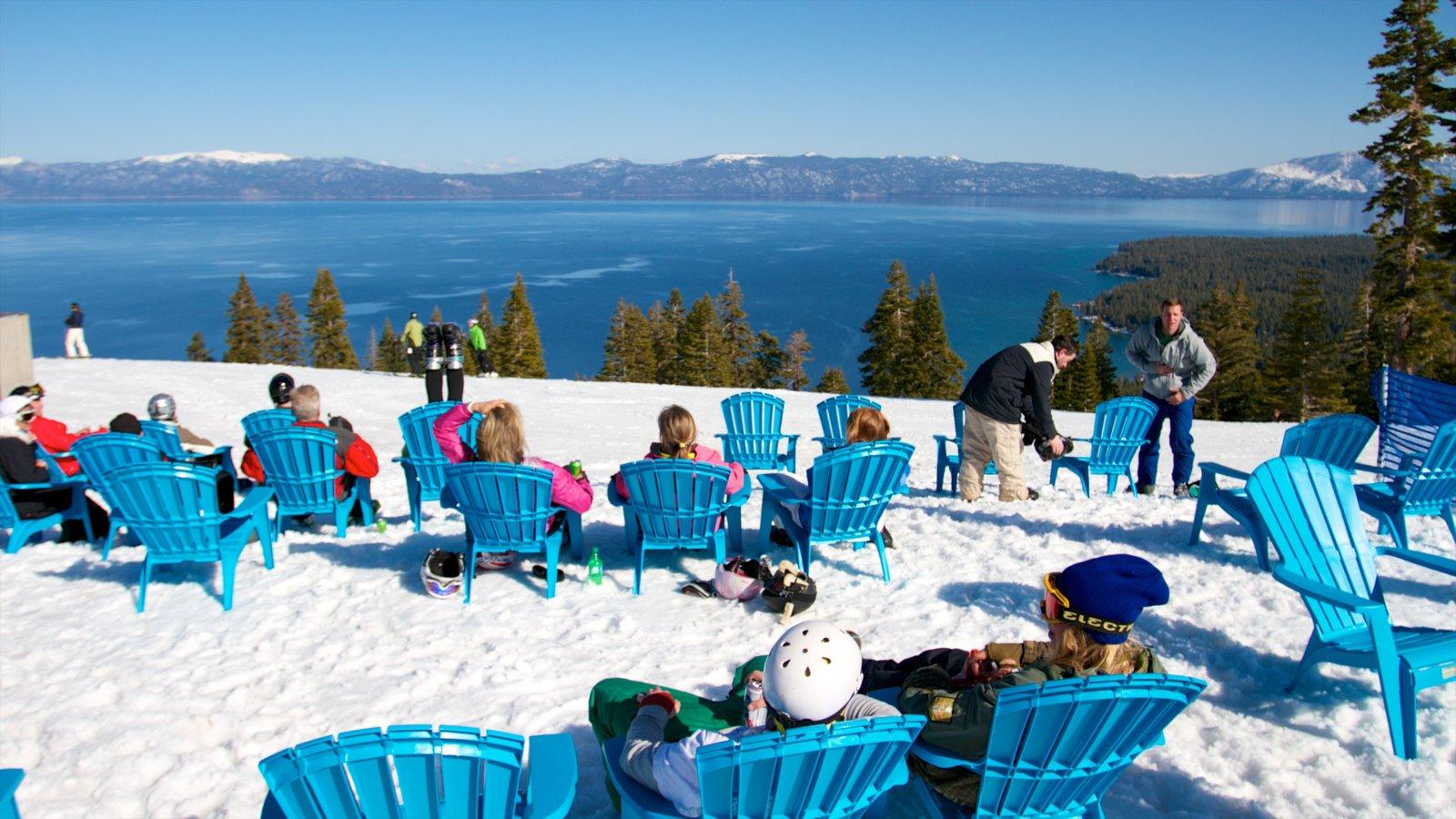 Homewood Mountain Resort ofreciendo un hotel o resort de lujo, una playa de arena y nieve