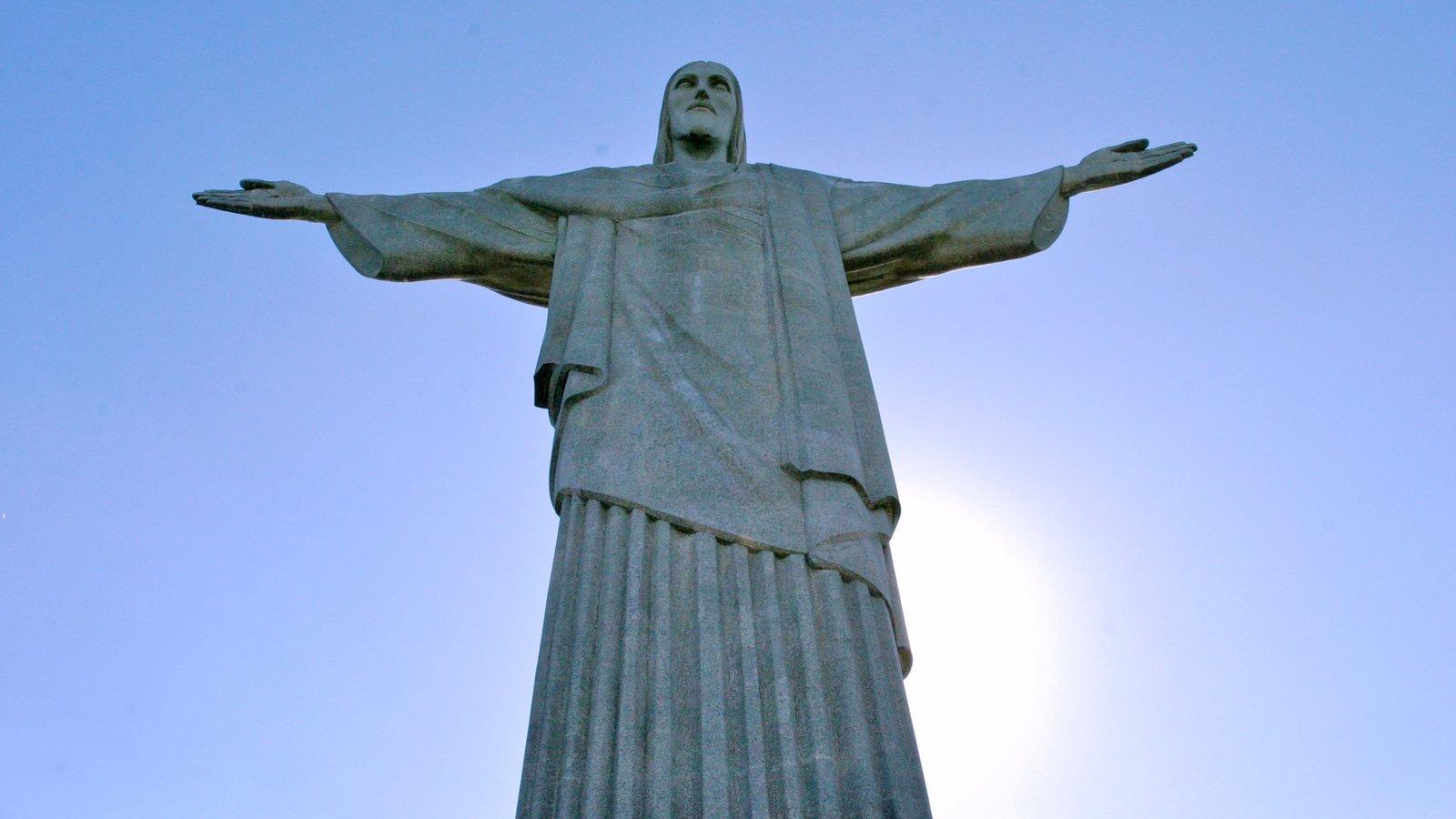 Corcovado caracterizando uma estátua ou escultura, arte ao ar livre e elementos religiosos