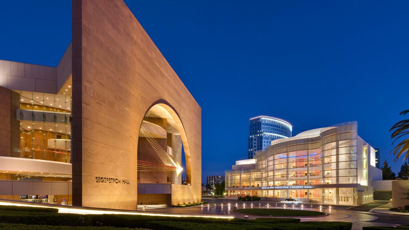Segerstrom Center for the Arts caracterizando cenas noturnas, linha do horizonte e uma praça ou plaza
