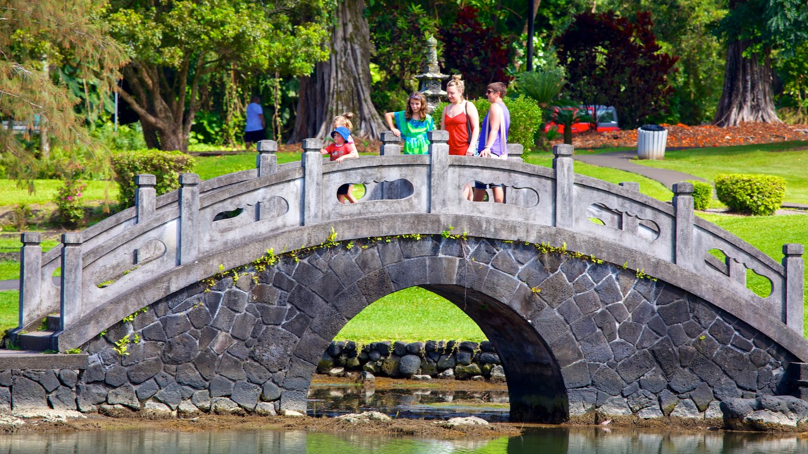Hilo mostrando um rio ou córrego e uma ponte assim como uma família