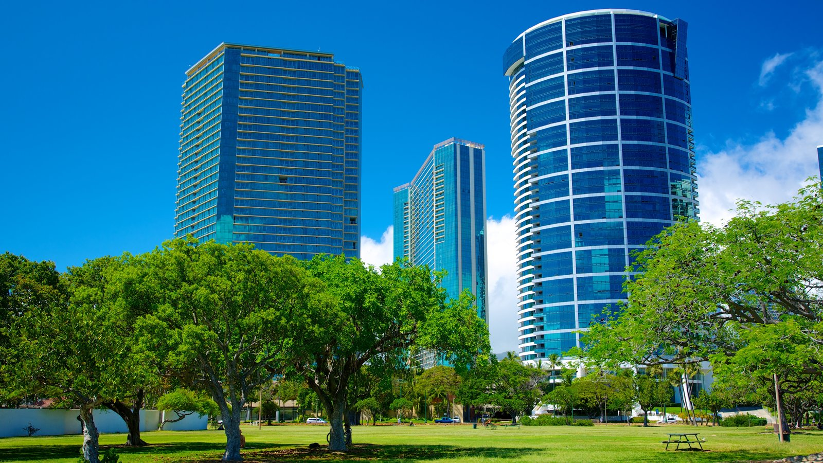 Ala Moana Beach Park caracterizando arquitetura moderna, um edifício e uma cidade