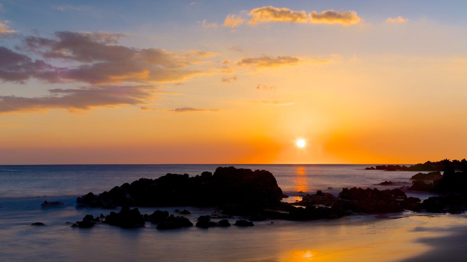 Hapuna Beach State Park ofreciendo una puesta de sol, vistas generales de la costa y vistas de paisajes