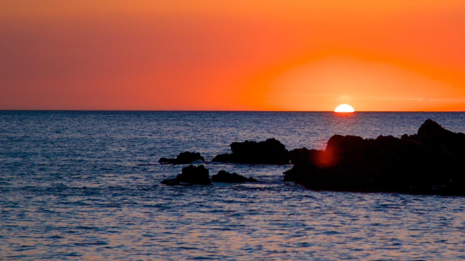 Hapuna Beach State Park mostrando vistas generales de la costa y una puesta de sol