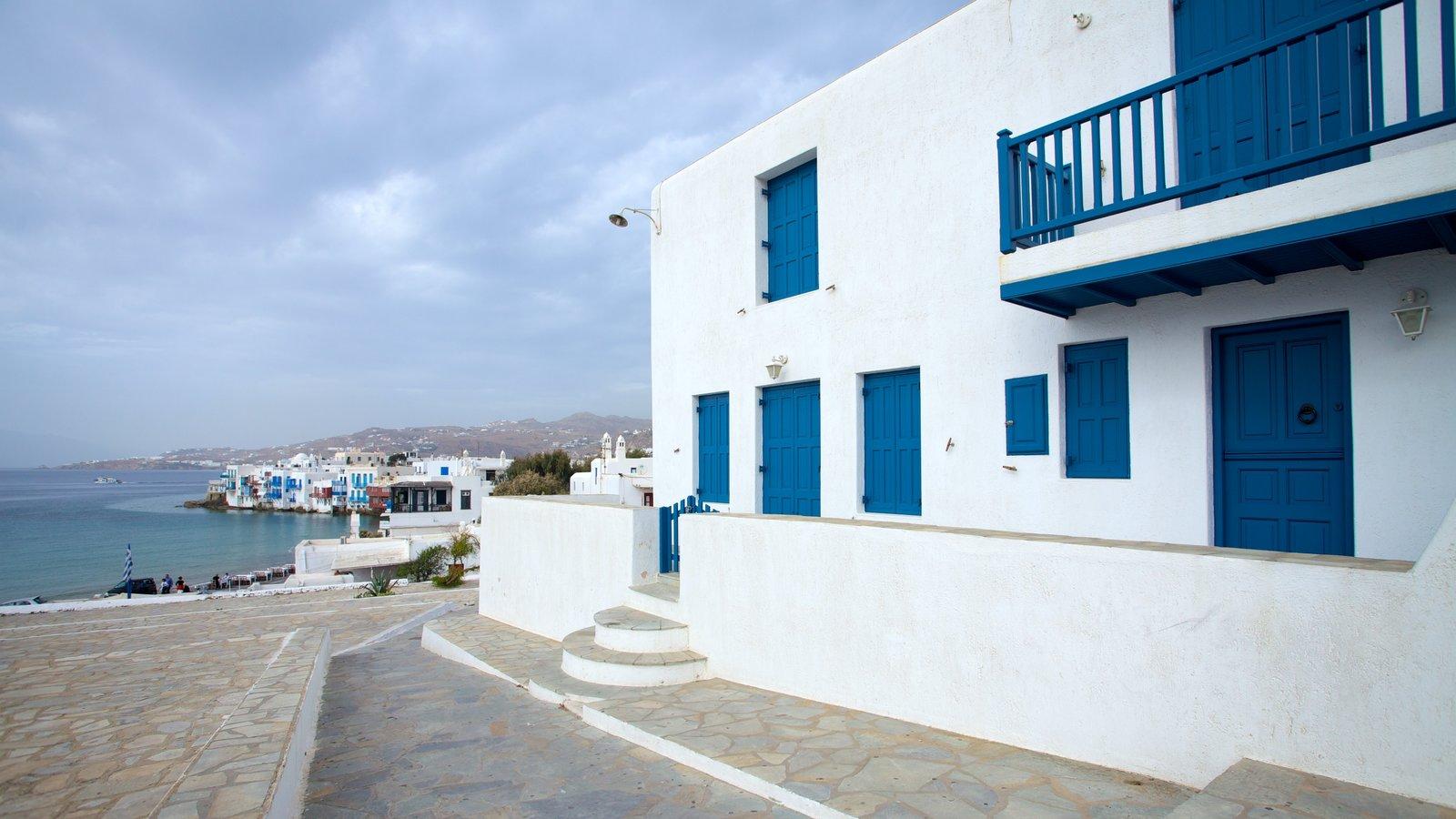 Mykonos Town caracterizando uma cidade litorânea, uma casa e paisagens litorâneas