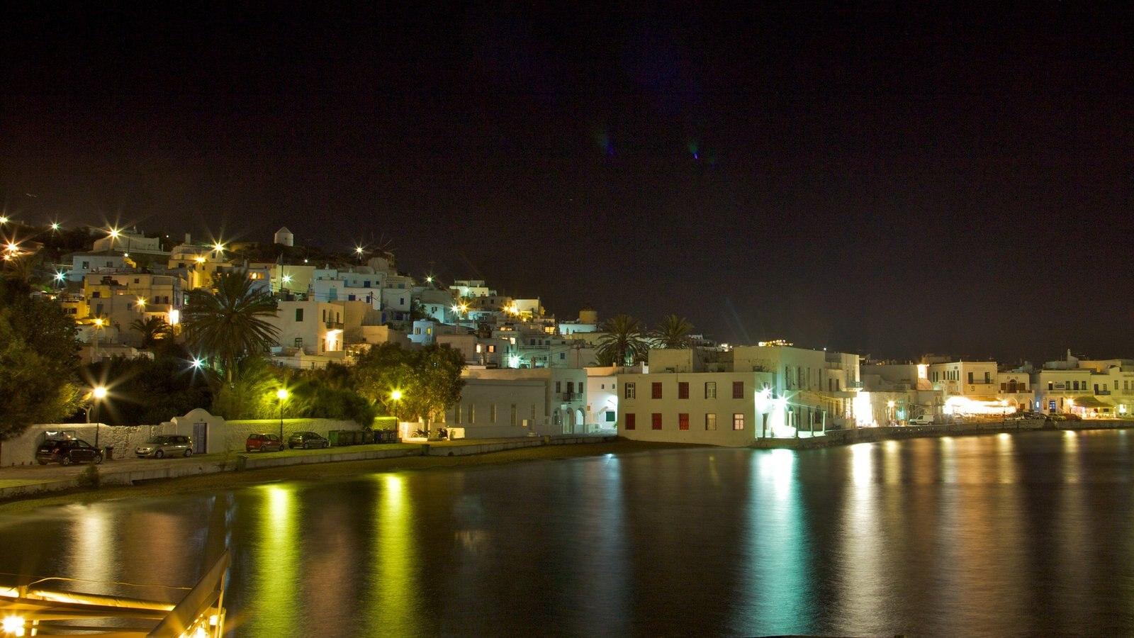 Mykonos Town mostrando uma cidade litorânea, cenas noturnas e uma baía ou porto