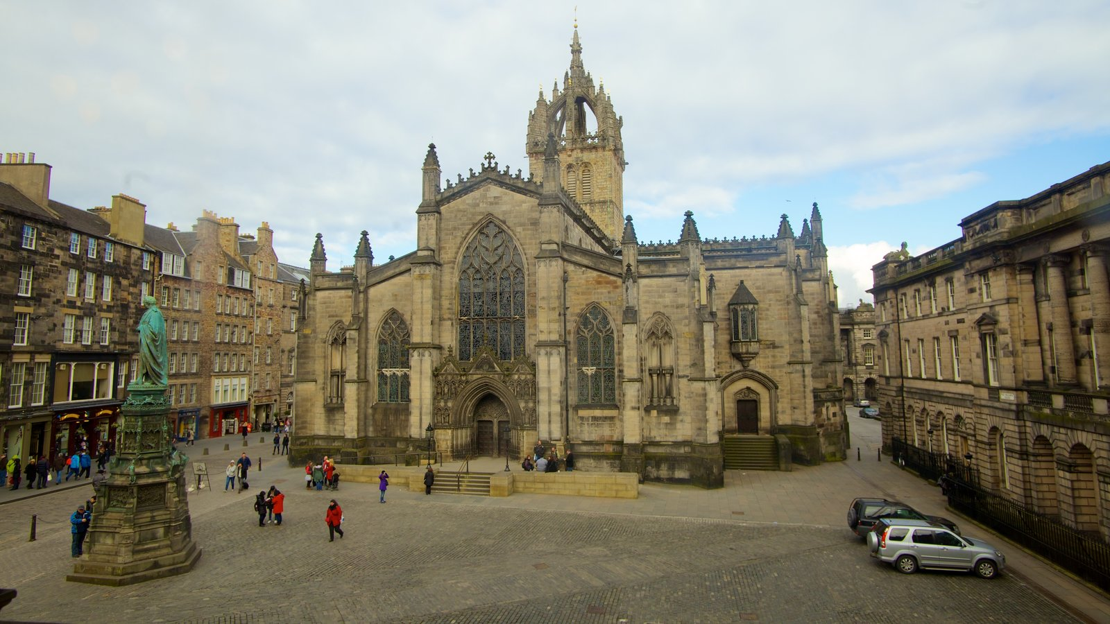 St. Giles\\\' Cathedral which includes religious elements, a church or cathedral and a square or plaza