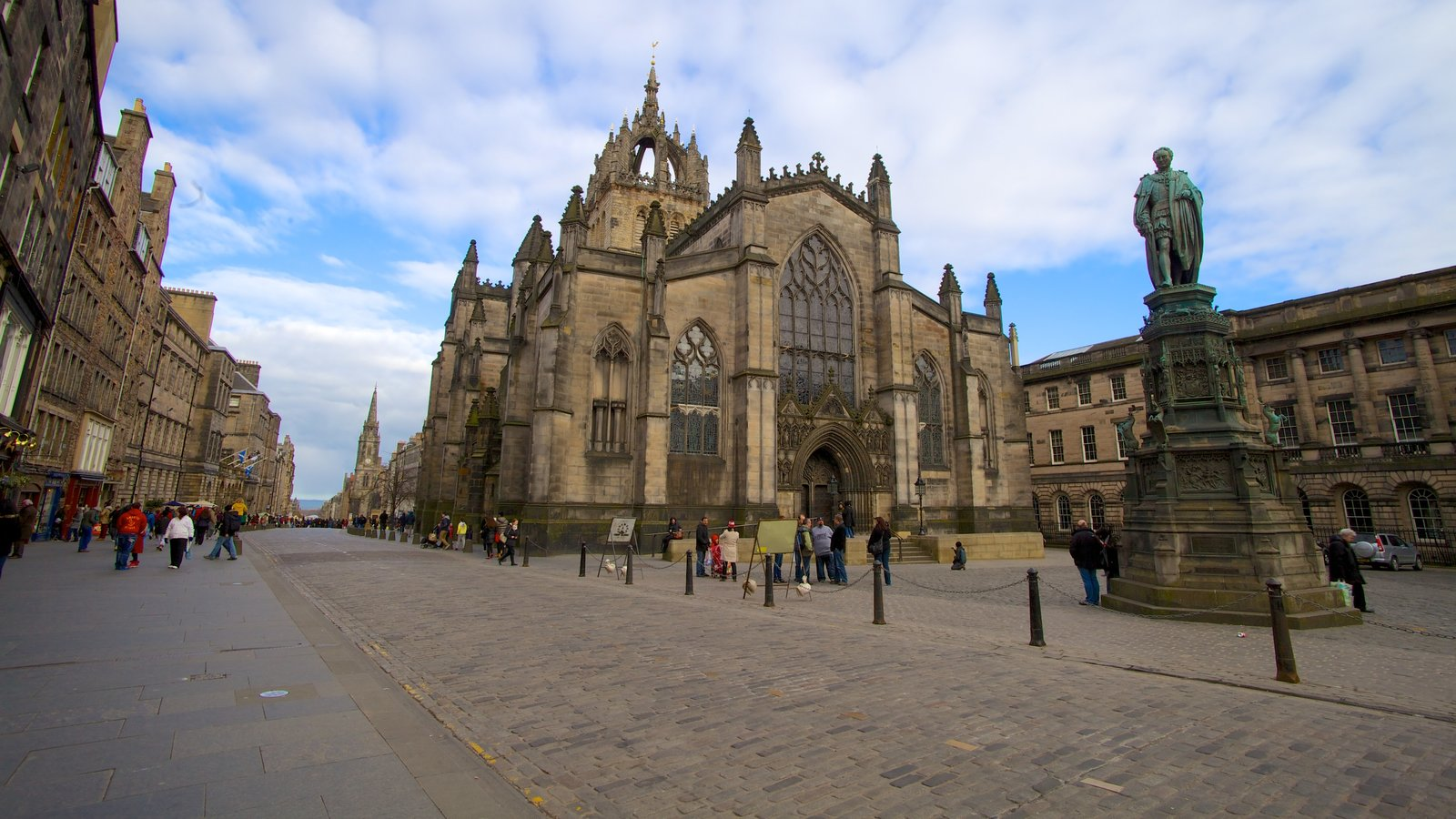 St. Giles\\\' Cathedral which includes a square or plaza, a church or cathedral and street scenes