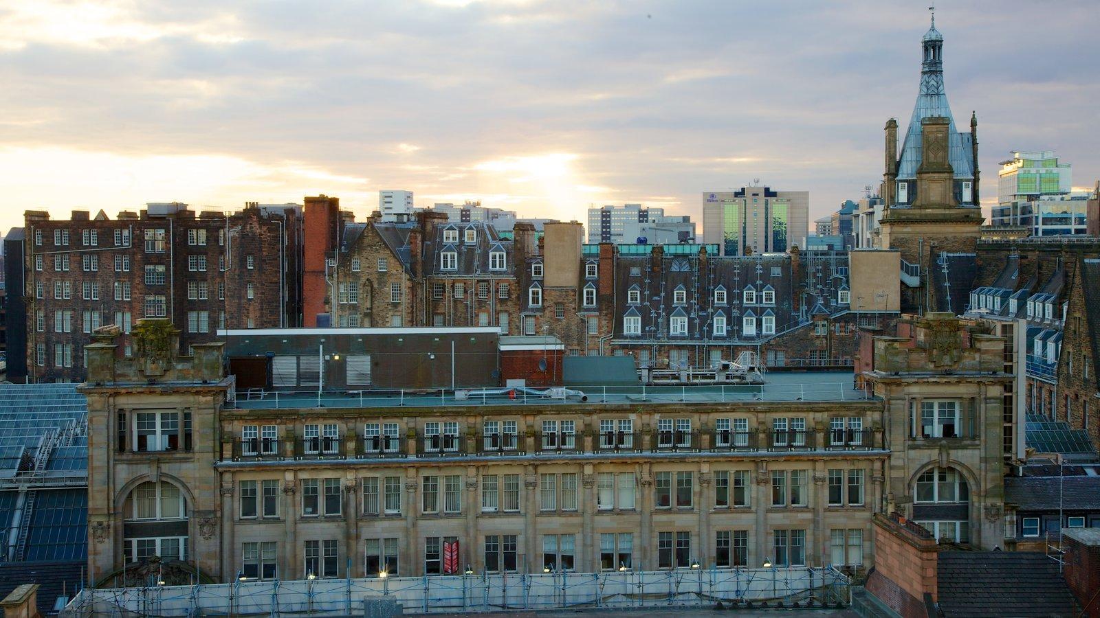 Farol que inclui uma cidade, arquitetura de patrimônio e um pôr do sol