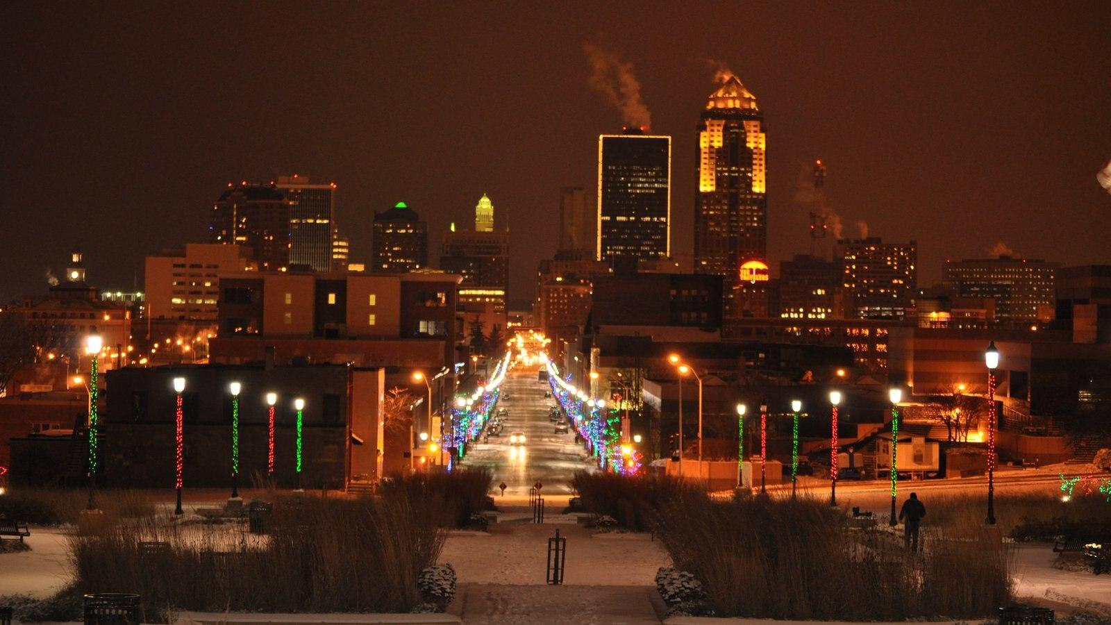 Des Moines mostrando un edificio de gran altura, distrito financiero central y una ciudad