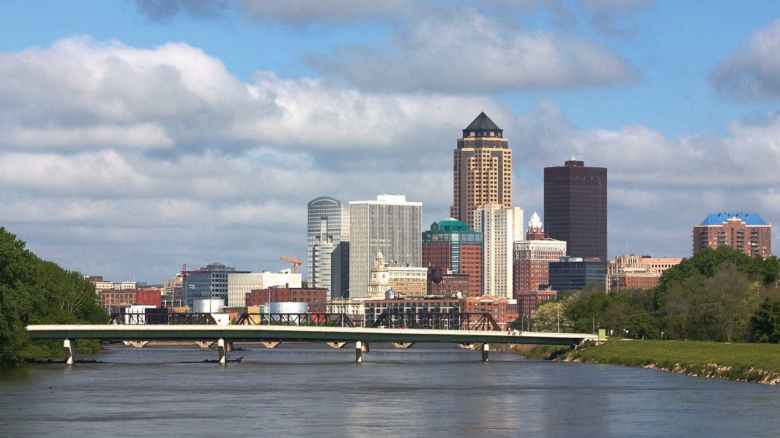 Des Moines que incluye horizonte, un río o arroyo y un puente