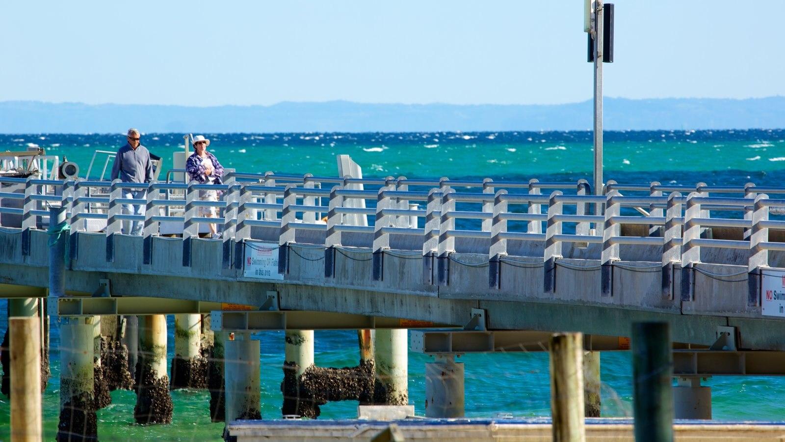 Parque nacional de Isla Moreton que incluye vistas generales de la costa y un puente y también una pareja