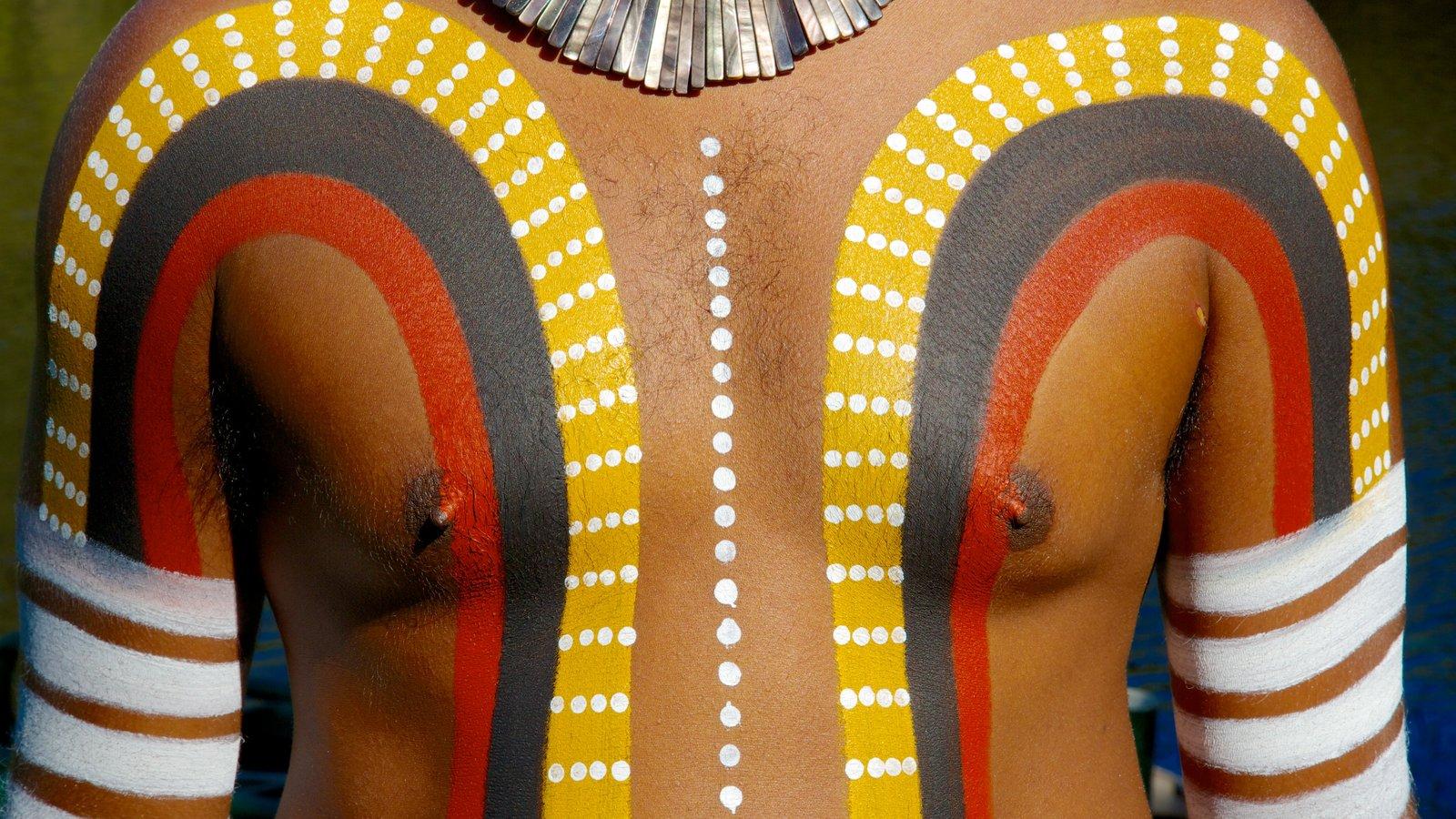 Tjapukai Aboriginal Cultural Park y también un hombre