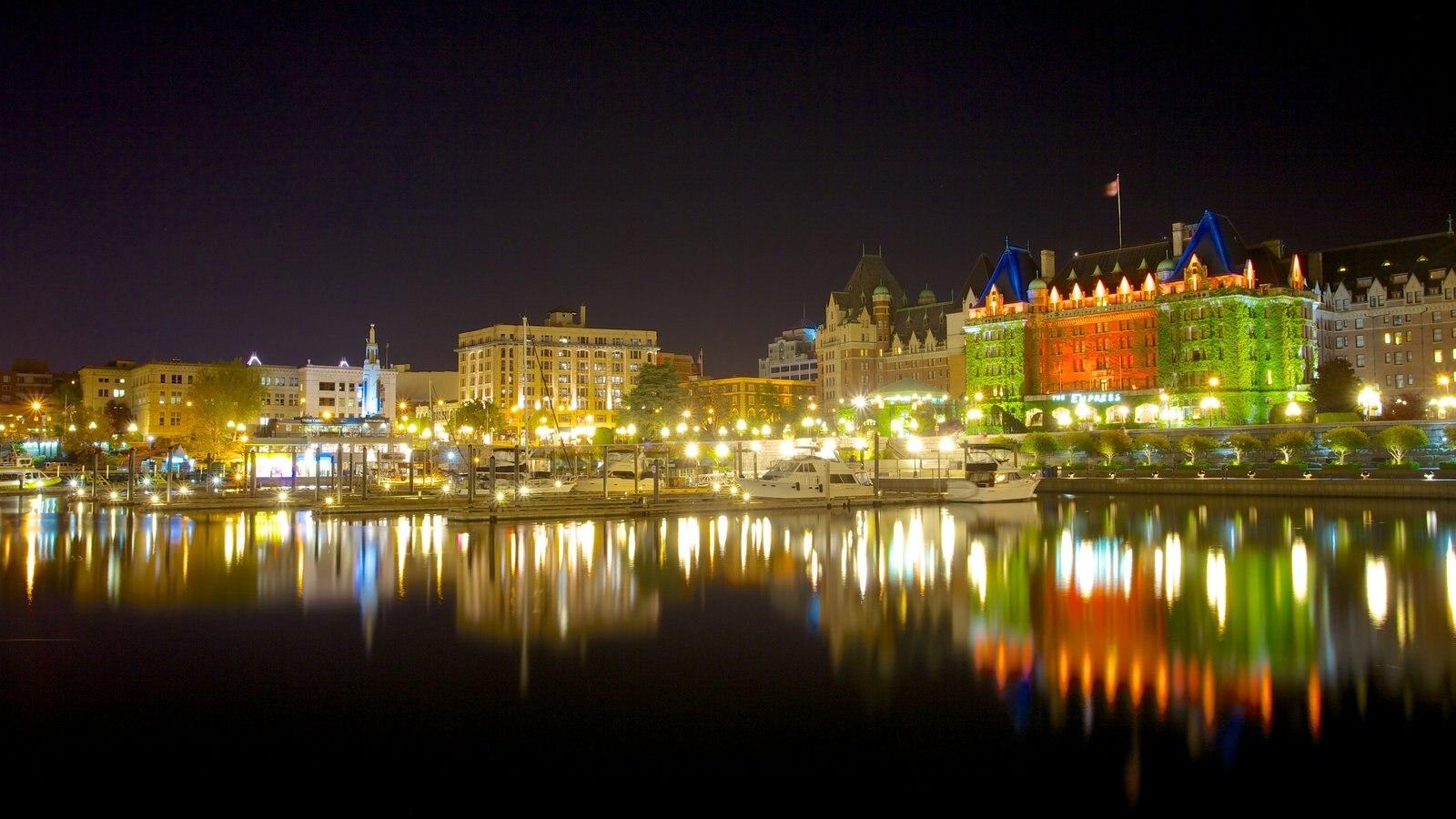 Inner Harbour caracterizando uma cidade, uma cidade litorânea e cenas noturnas