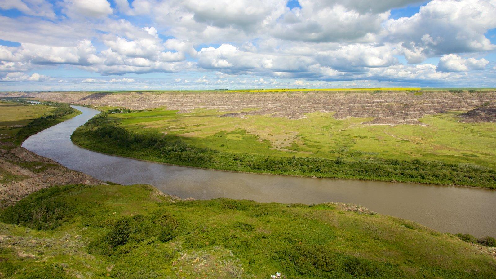 Drumheller ofreciendo vistas de paisajes, escenas tranquilas y un río o arroyo