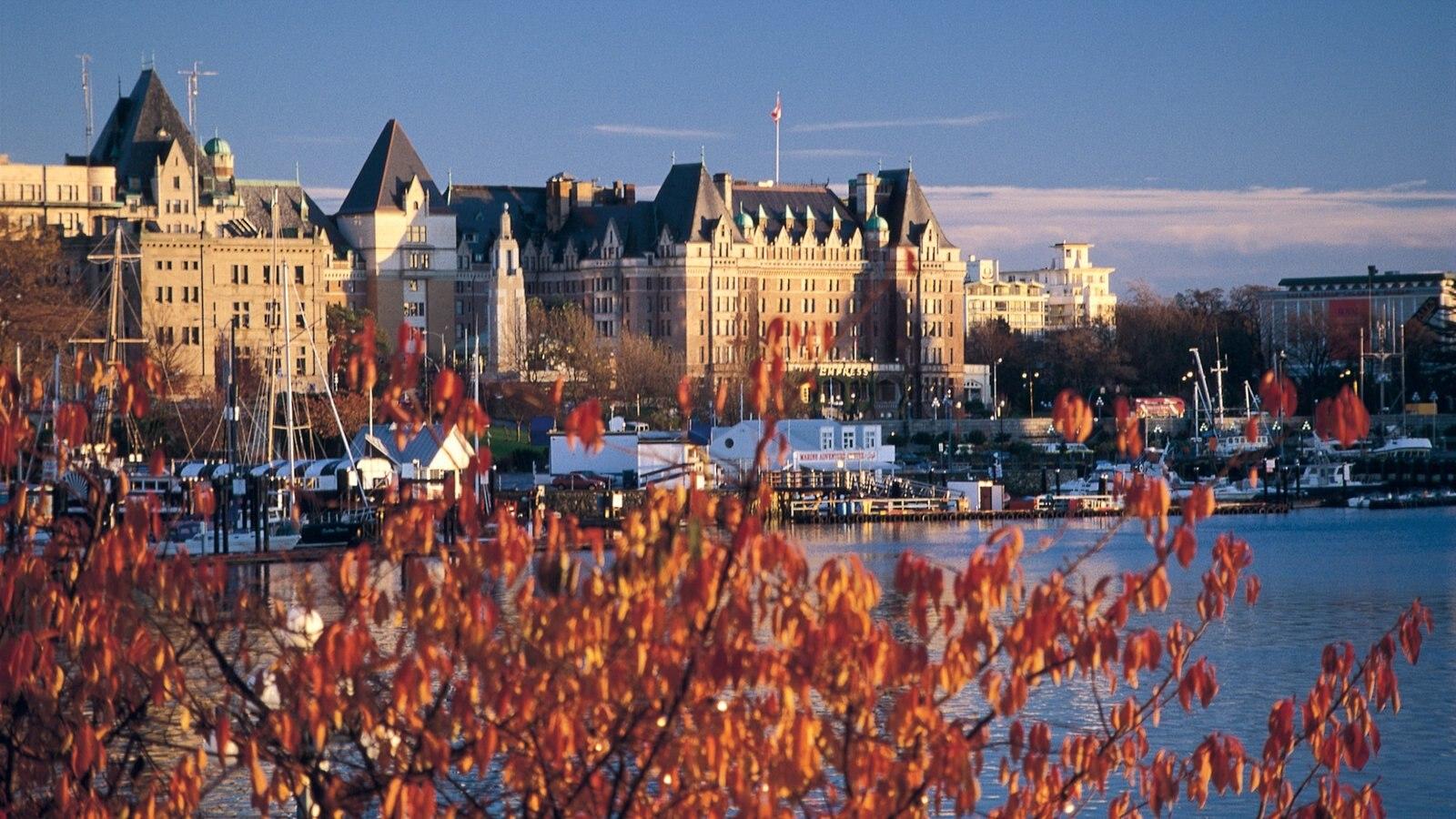 Victoria mostrando arquitetura de patrimônio, uma cidade e uma baía ou porto