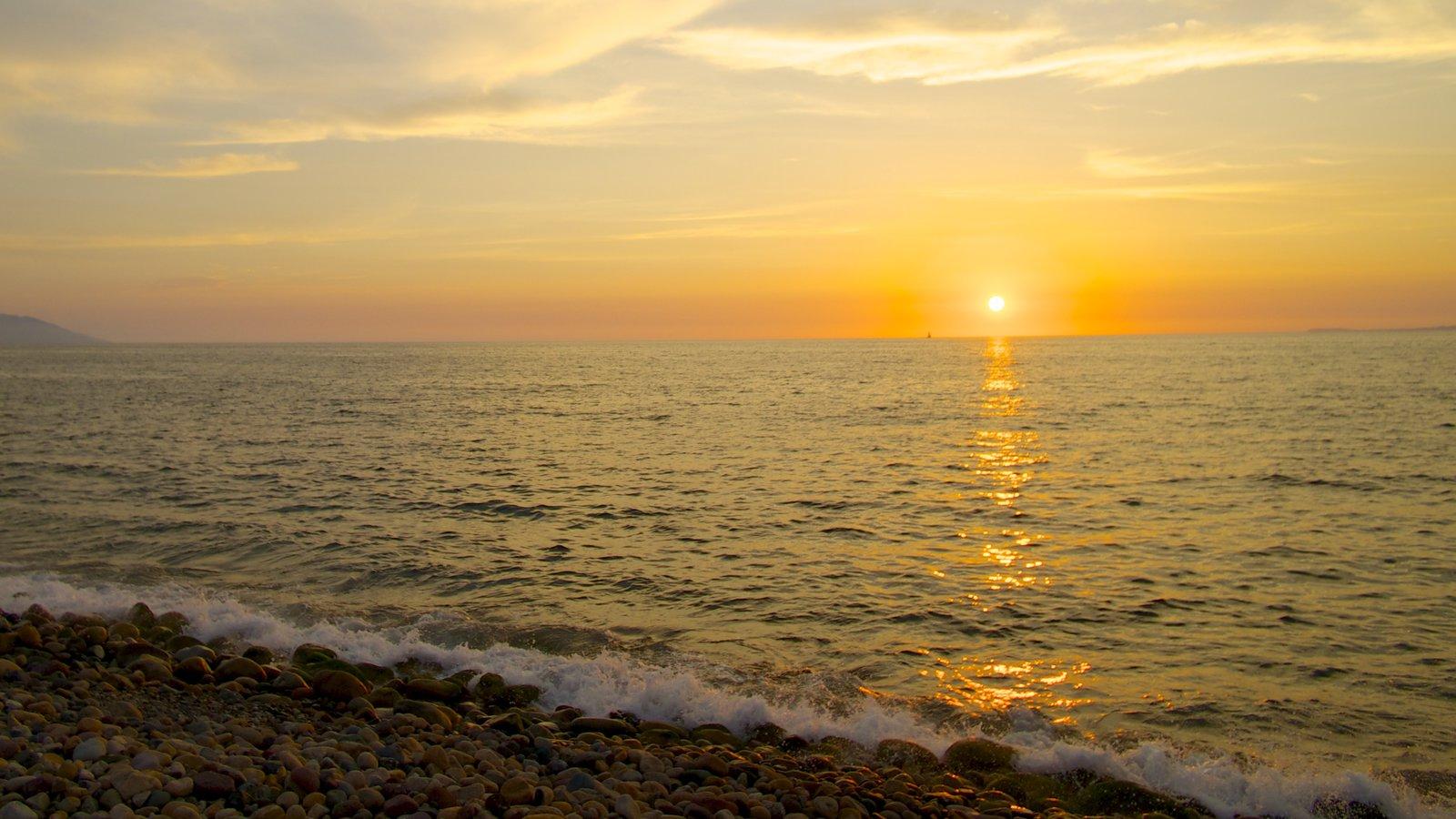 Bahía de Banderas que incluye vistas de paisajes, una puesta de sol y una playa de guijarros