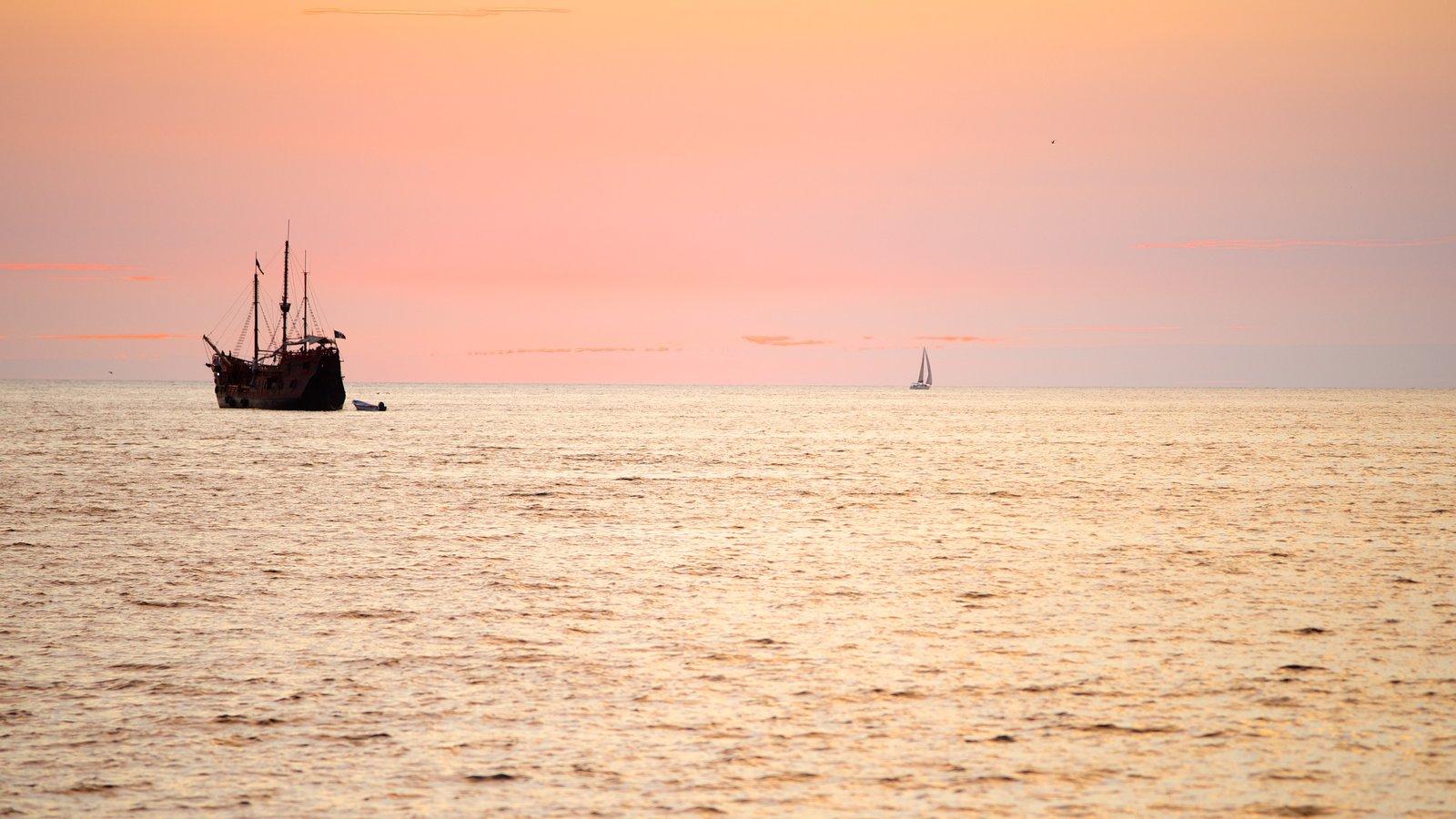 Bahía de Banderas mostrando una puesta de sol, navegación y vistas de paisajes