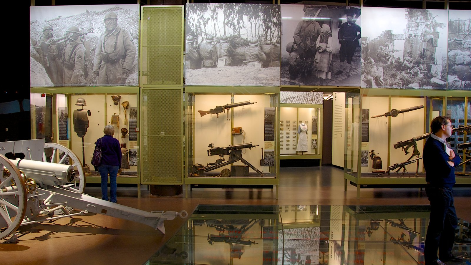 Liberty Memorial caracterizando vistas internas, um memorial e itens militares