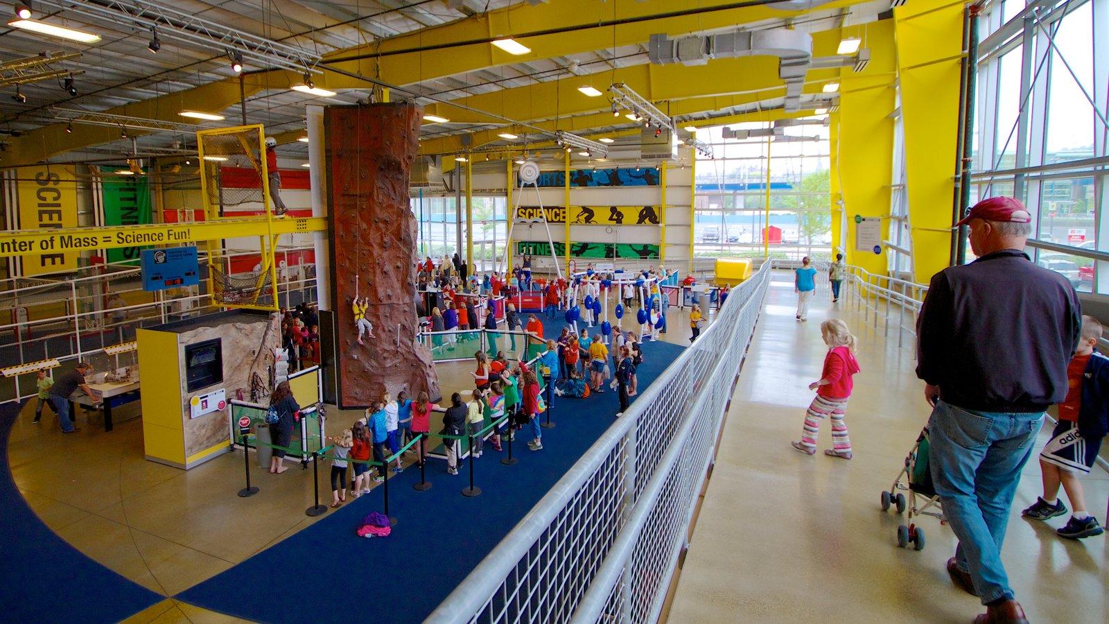 Carnegie Science Center que inclui vistas internas e escalada assim como uma família