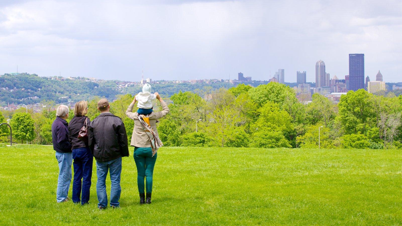 Schenley Park caracterizando linha do horizonte e um parque assim como um pequeno grupo de pessoas