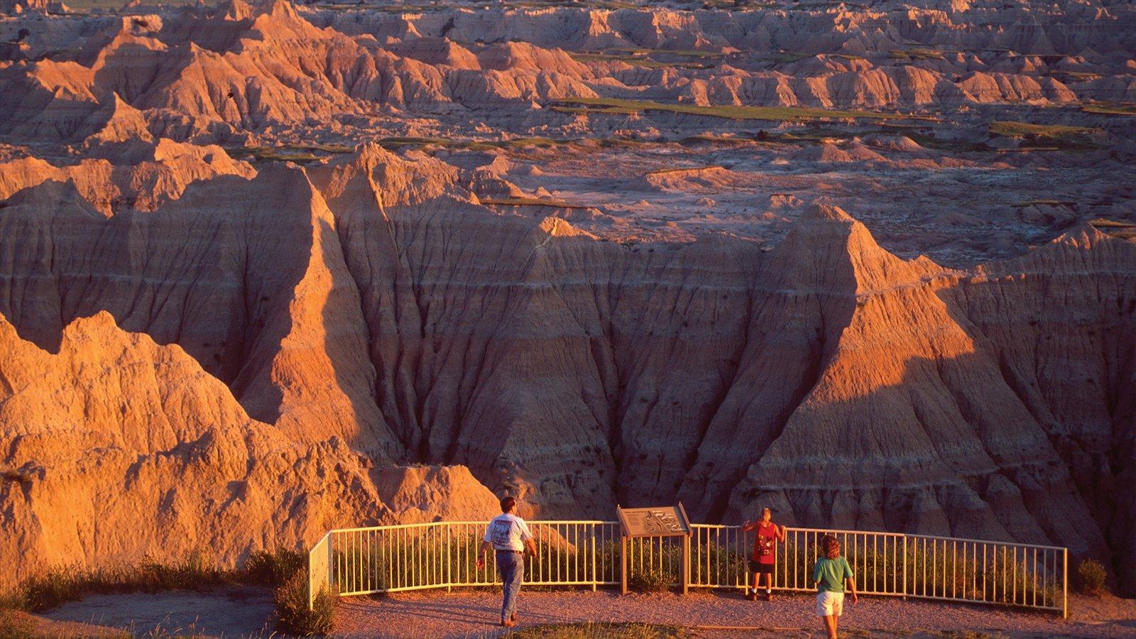 Rapid City mostrando um desfiladeiro ou canyon e paisagens assim como uma família