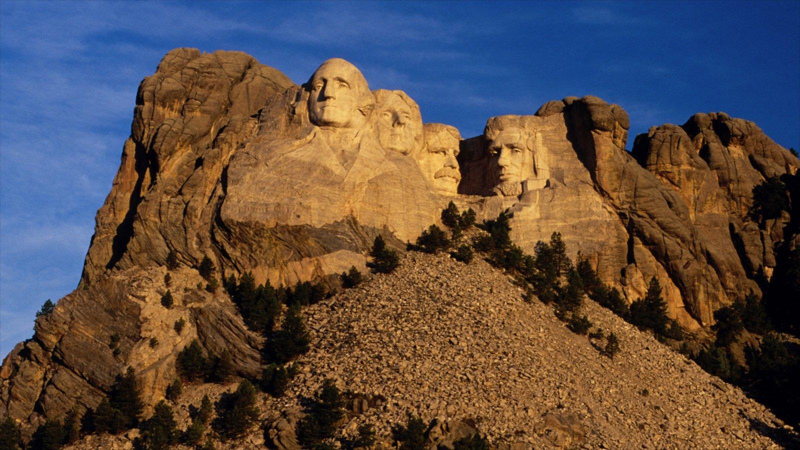 Rapid City caracterizando montanhas e um monumento