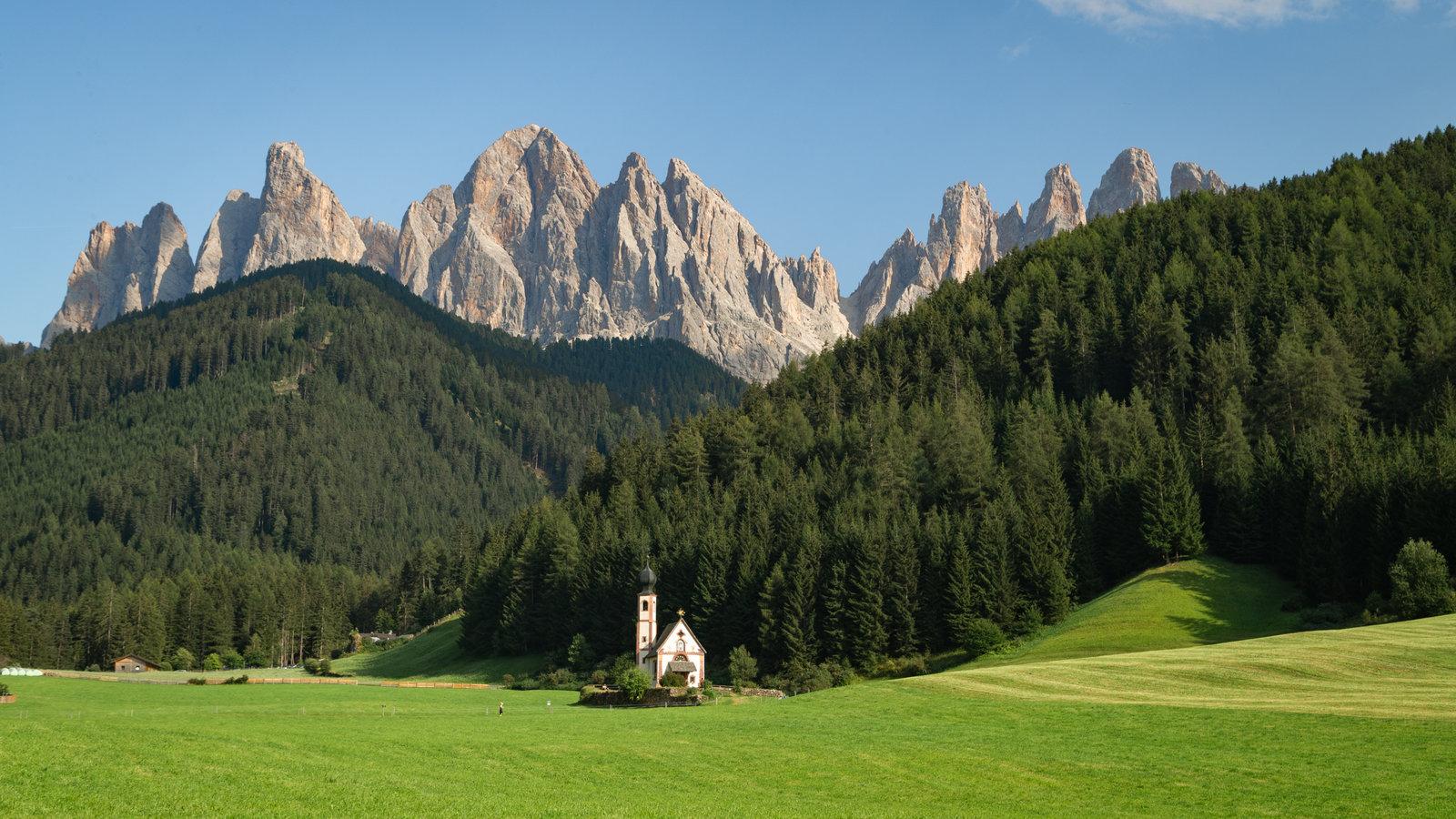 Merano que incluye una iglesia o catedral, montañas y un parque