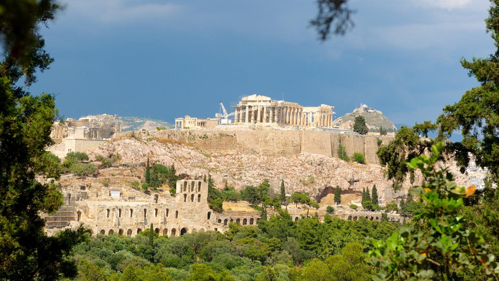 Acrópole caracterizando uma ruína, elementos de patrimônio e um templo ou local de adoração