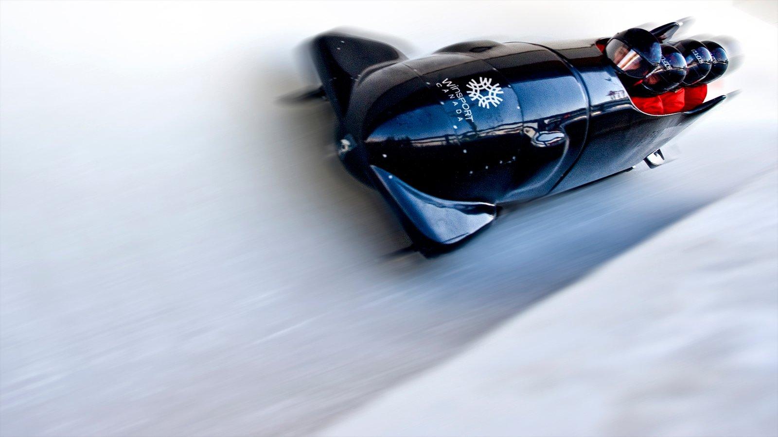 Parque Olímpico de Canadá ofreciendo nieve y un evento deportivo y también un pequeño grupo de personas