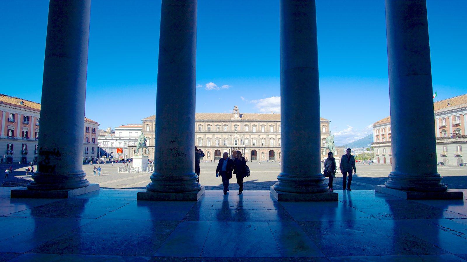 Palazzo Reale mostrando arquitetura de patrimônio assim como um pequeno grupo de pessoas