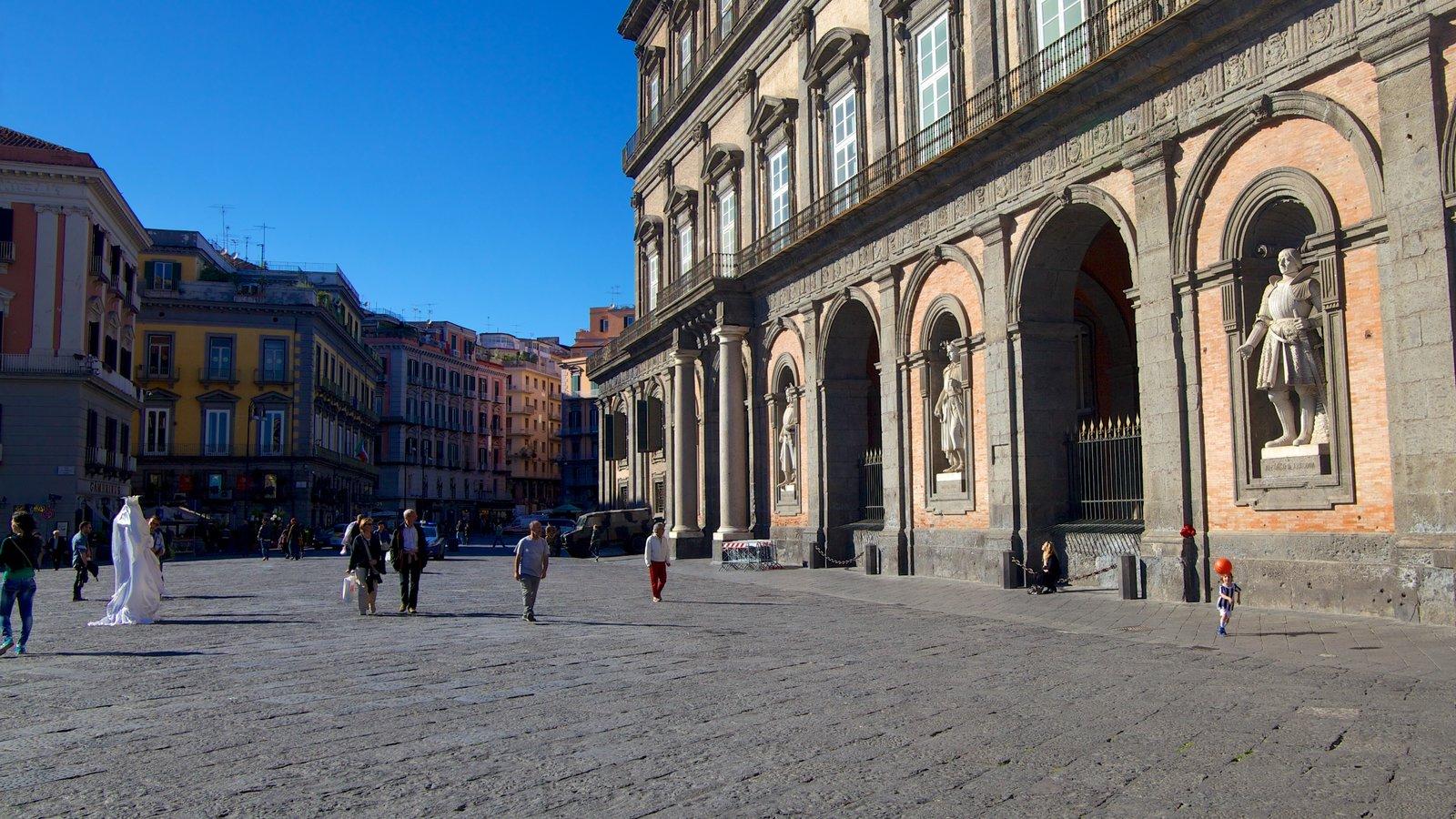 Palazzo Reale que inclui um pequeno castelo ou palácio, elementos de patrimônio e cenas de rua