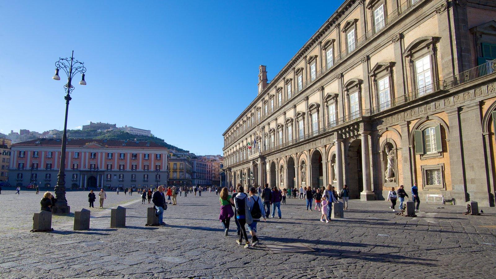 Palazzo Reale que inclui um castelo e cenas de rua assim como um grande grupo de pessoas