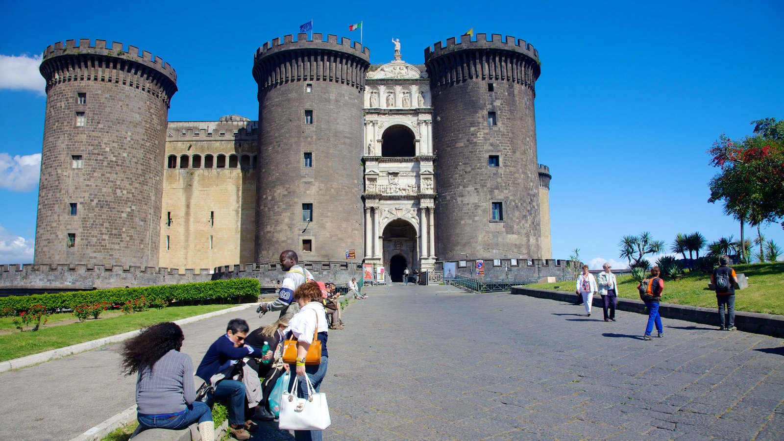 Piazza del Municipio mostrando um pequeno castelo ou palácio assim como um grande grupo de pessoas