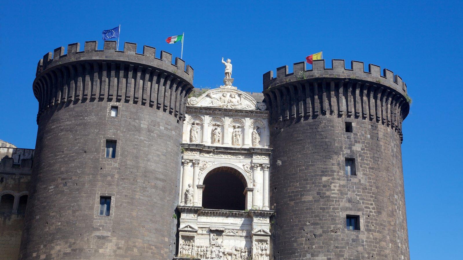 Piazza del Municipio que inclui arquitetura de patrimônio e um castelo