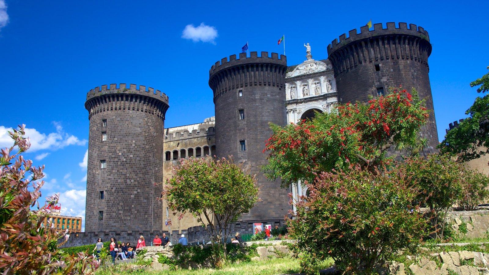 Piazza del Municipio caracterizando arquitetura de patrimônio e um castelo