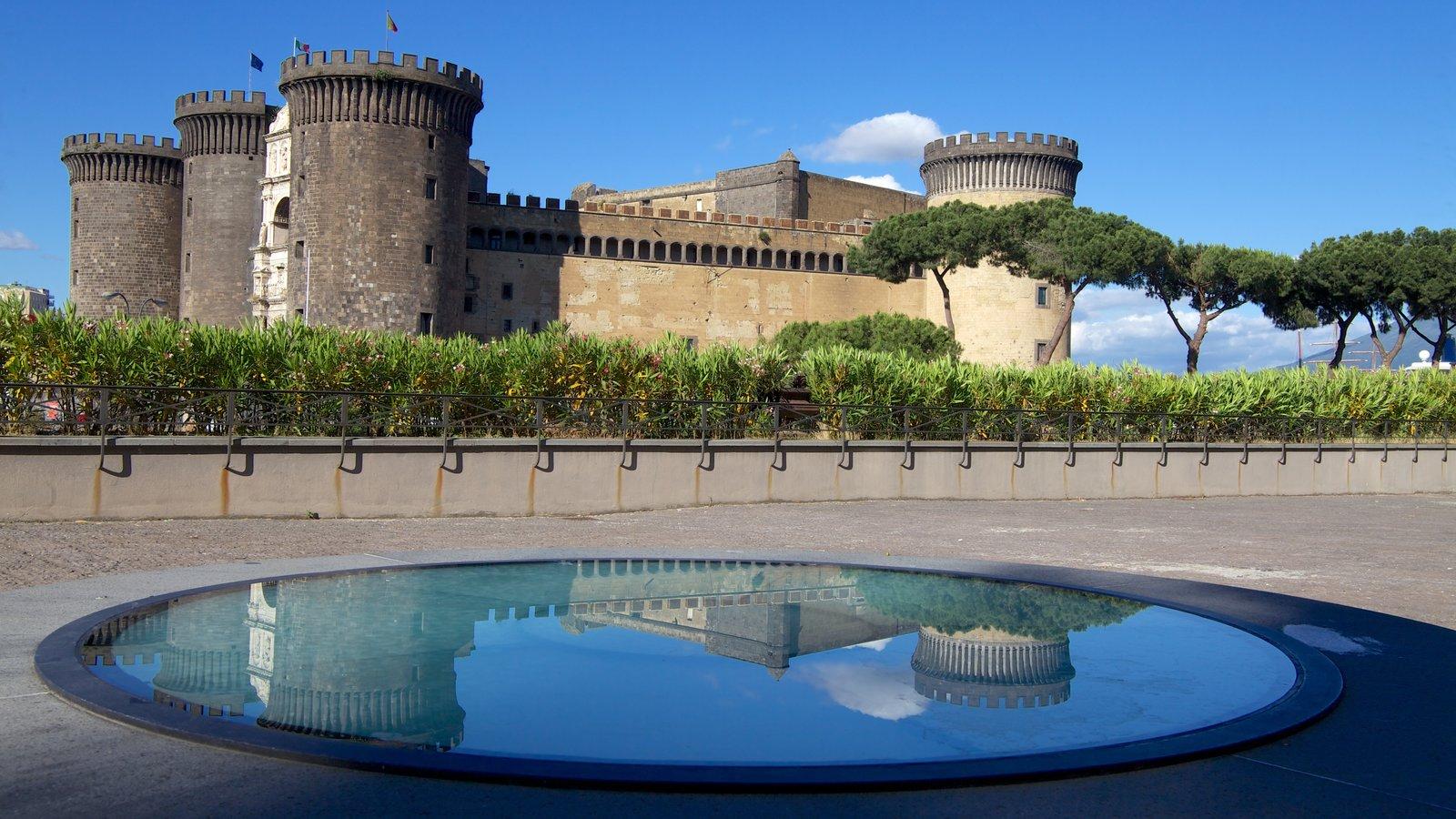 Piazza del Municipio caracterizando um pequeno castelo ou palácio e um lago