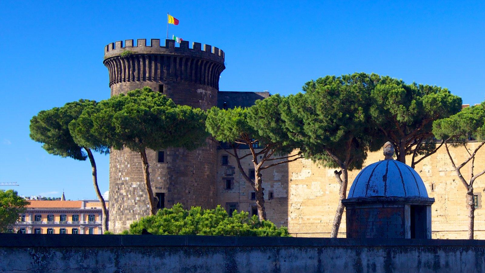 Piazza del Municipio mostrando arquitetura de patrimônio e um castelo