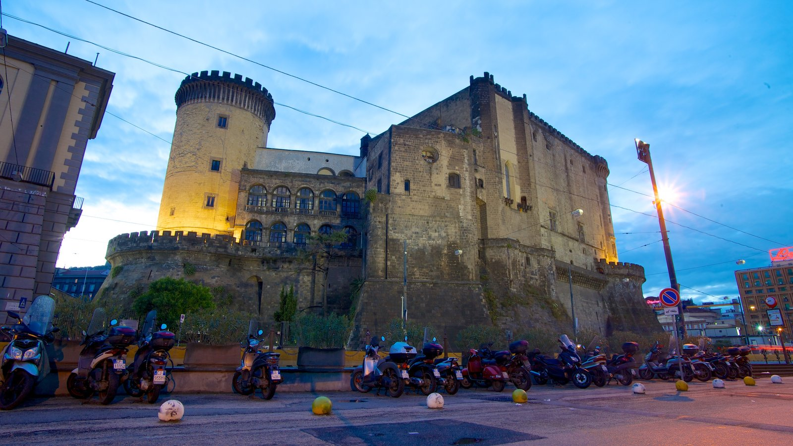 Piazza del Municipio caracterizando um pequeno castelo ou palácio e cenas de rua