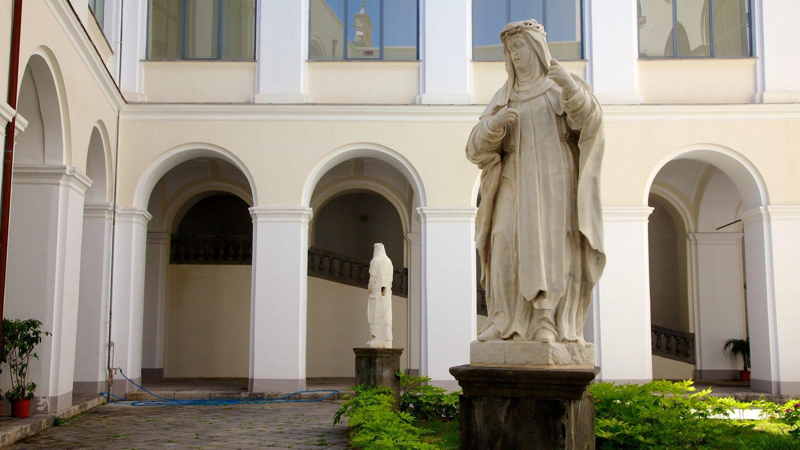 Piazza San Domenico Maggiore mostrando uma praça ou plaza, uma estátua ou escultura e aspectos religiosos