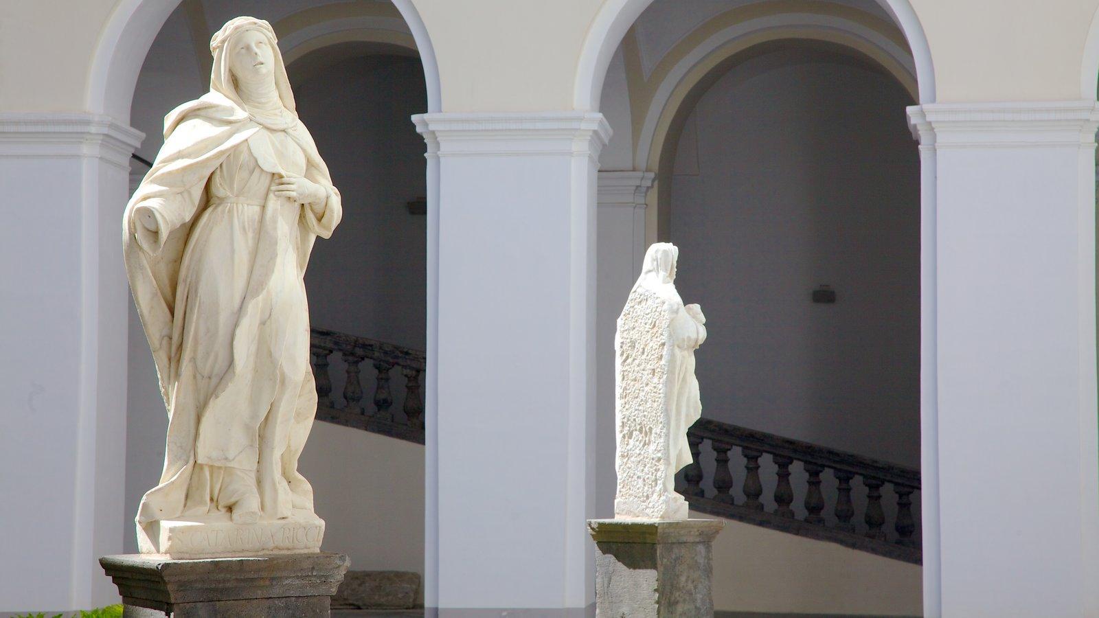 Piazza San Domenico Maggiore caracterizando aspectos religiosos e uma estátua ou escultura