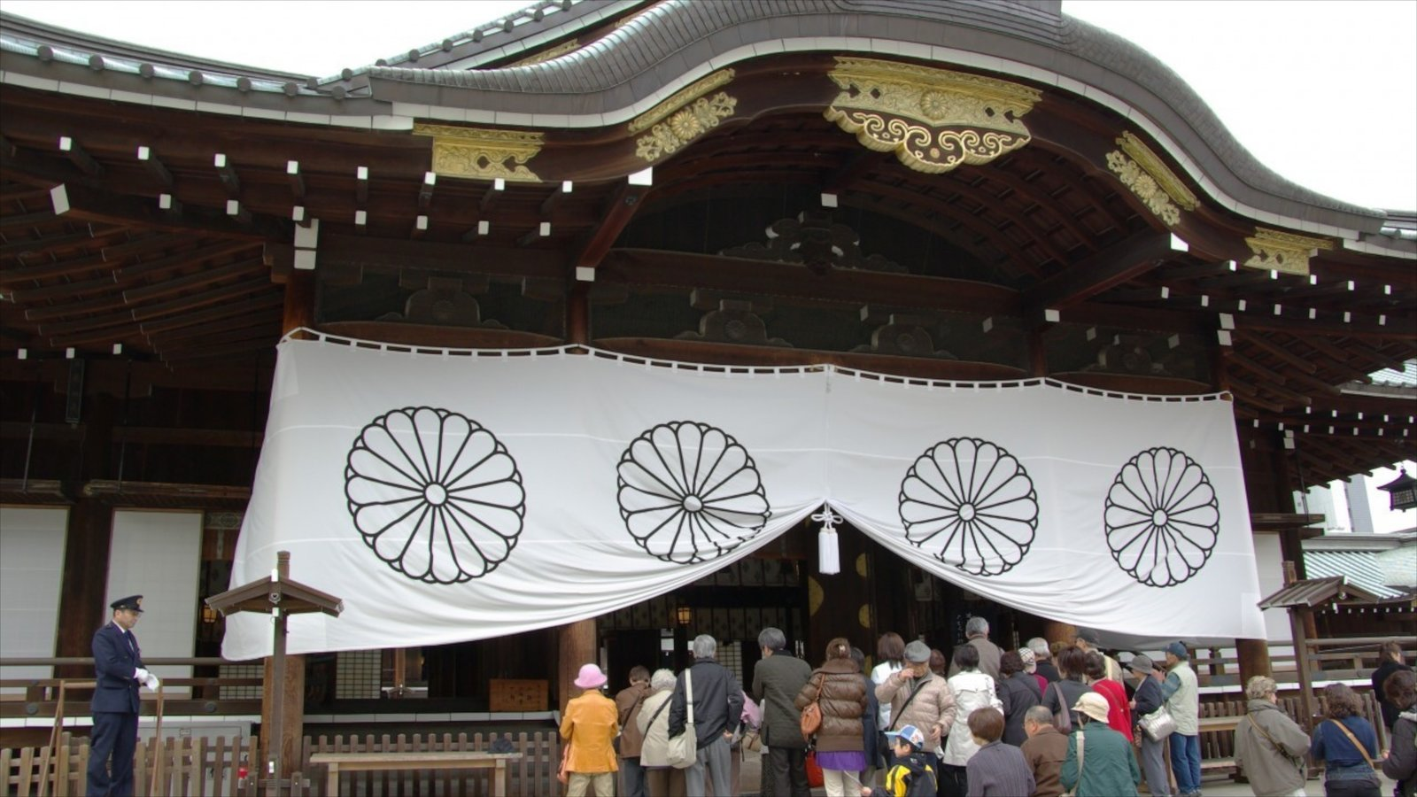 Yasukuni Shrine showing a temple or place of worship and religious elements as well as a large group of people